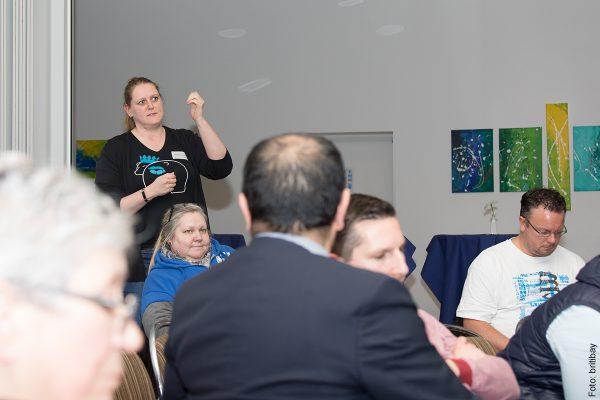 Fragen aus dem Publikum auf der Podiumsdiskussion ueber die Zukunft des Olympiaparks in der Bildungsstaette der Sportjugend auf dem Olympiagelaende
